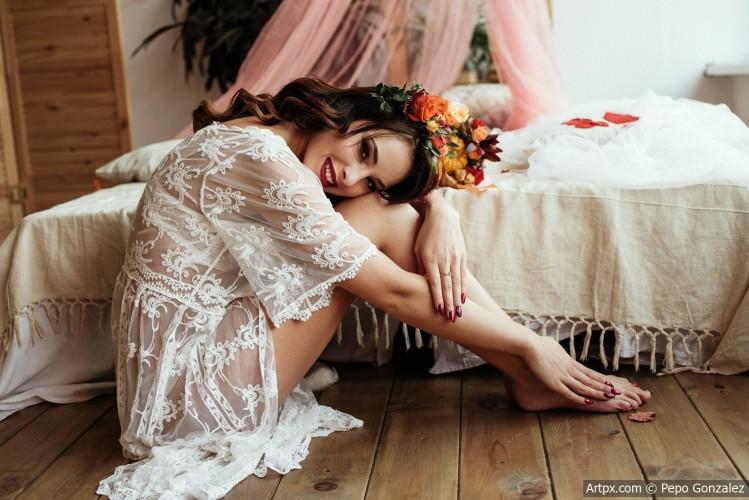 Gene_Oryx_women_model_on_the_floor_painted_nails_flower_in_hair_500px_smiling-1179265.jpg
